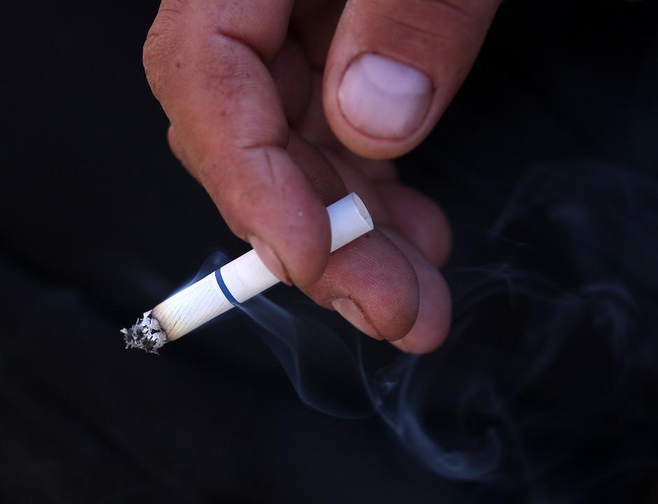 Куда пожаловаться на курящих в подъезде соседей. Правила осуществления наказания. Мирные способы решения проблемы