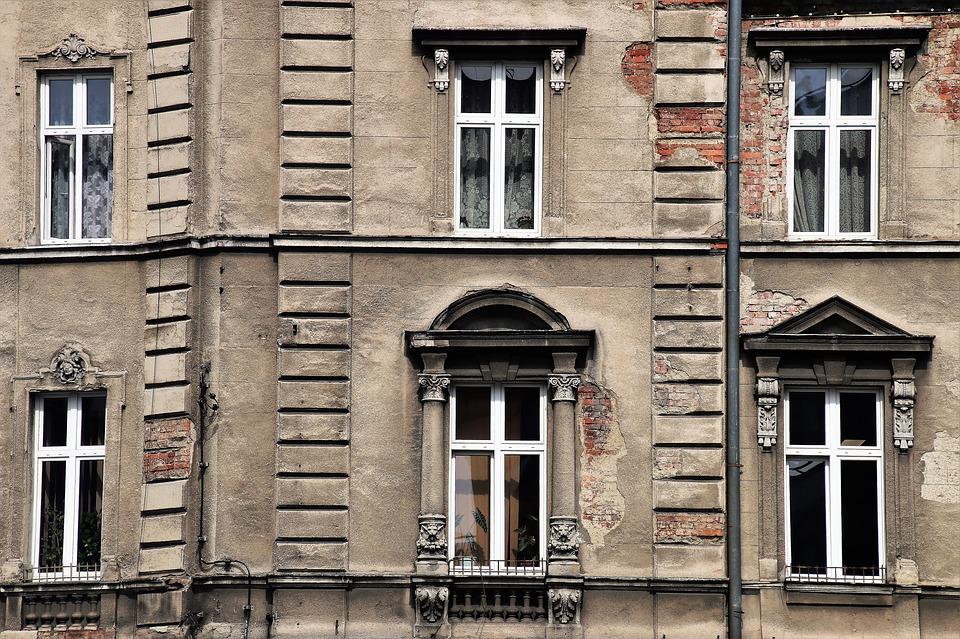 Как подать в суд на соседей, которые затопили квартиру: решение вопроса