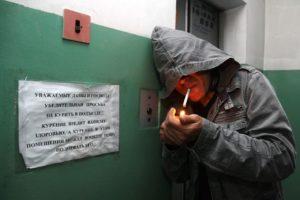 Курильщики в подъезде